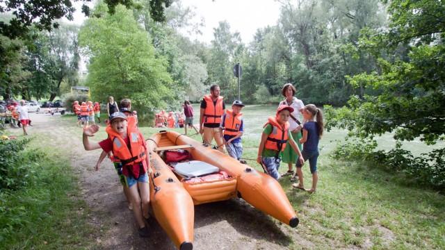 Saisonstart auf der Amper: Wer sein Boot liebt, der trägt es auch mal über Land, wenn es auf dem Wasser gerade nicht weitergeht.