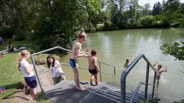 Saisonstart auf der Amper: Gekentert wird nicht. Wer baden gehen will, macht das ganz offiziell an der Badestelle in Schöngeising.