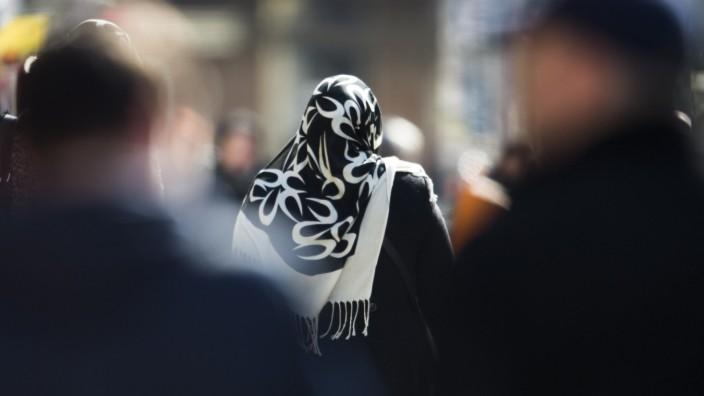 Religion: Frau mit Kopftuch in Berlin