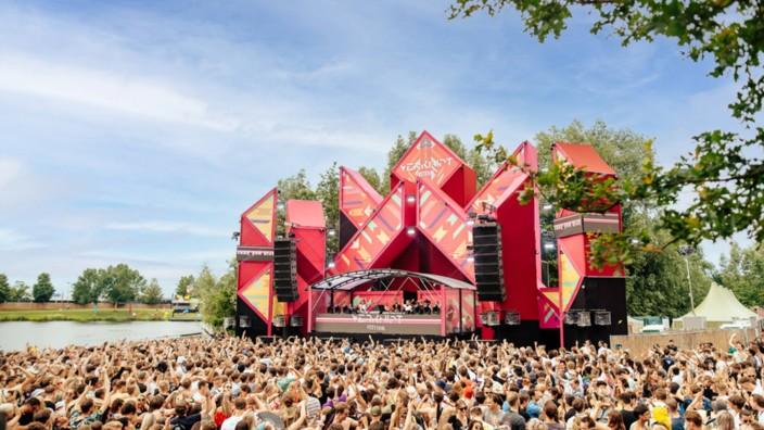 Zuschauer feiern auf dem Verknipt-Festival 2021 bei Utrecht