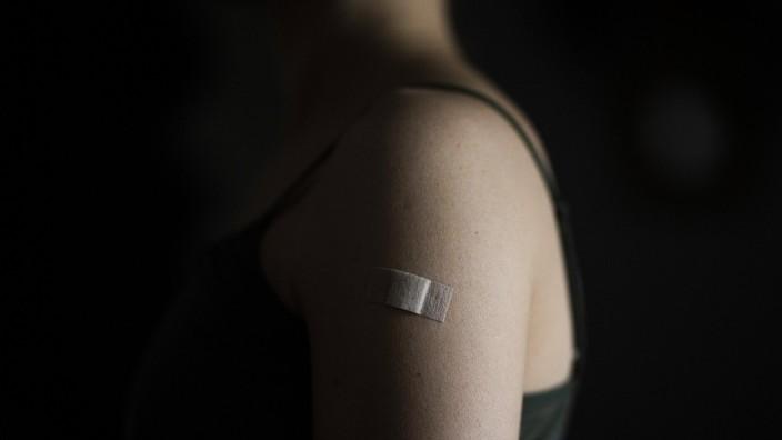 Ein Pflaster klebt auf dem linken Oberarm einer gegen Corona geimpften Frau, aufgenommen in Berlin, 03.05.2021. Berlin D