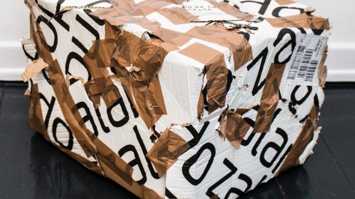 Solingen Kaputtes und geflicktes Packet von Zalando zur Ruecksendung Themenbild Symbolbild 11 01