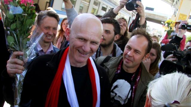 Belarus: Der belarussische Menschenrechtler Ales Bialiatski, Träger des Alternativen Nobelpreises, ist verschwunden. Seine Organisation Wesna hat derzeit keinen Kontakt zu ihm. Das Bild zeigt Bialiatski nach der Haftentlassung in Minsk 2014.