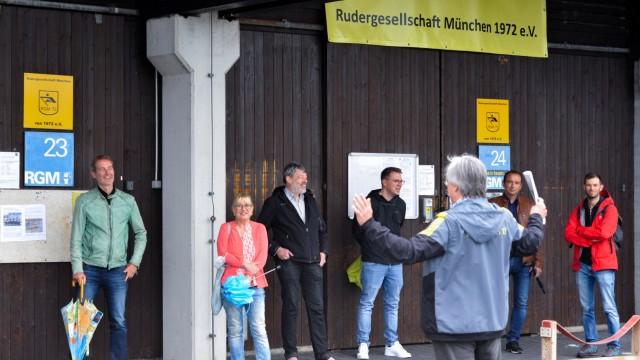 Oberschleißheim: Willi Bock schildert den Abgeordneten Markus Büchler und Sabine Weigand die Lage; sowie den Gemeinderäten Casimir Katz und Christoph Münster, Bürgermeister Markus Böck und dem Münchner Stadtrat Florian Schönemann. (von links)
