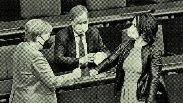 Annalena Baerbock: Begrüßung der Vorgängerin? Kanzlerkandidaten Annalena Baerbock (Die Grünen, re. im Bild) und Armin Laschet (CDU) mit Angela Merkel im Bundestag.