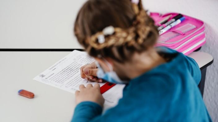 Aufgrund der Pandemie nutzen viele Schülerinnen und Schüler inzwischen die Angebote von Nachhilfe-Portalen im Internet.