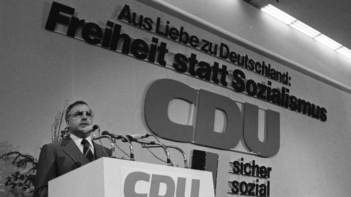 An der Wand der CDU-Wahlkampfspruch gegen die SPD: Helmut Kohl während des CDU-Parteitags in Hannover 1976. (Archivbild)