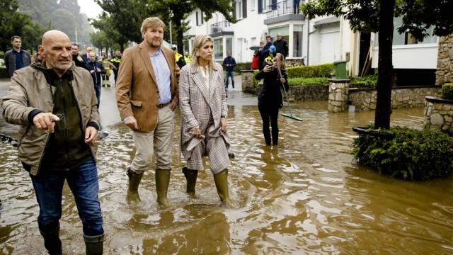 Valkenburg - Koning Willem-Alexander en koningin Maxima onderzoeken de stormschade in Valkenburg in Riesen.