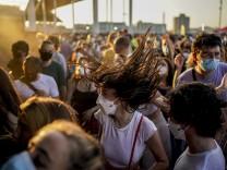 18 000 vor allem junge Leute tanzten und feierten beim Cruïlla-Festival in Barcelona. Gleichzeitig schnellt die Zahlt der Neuinfektionen in Katalonien in die Höhe.