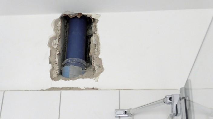 Nach einem Wasserrohrbruch in einem Bremer Wohnblock werden in mehreren Stockwerken die Rohre erneuert. Hier die Nahtste