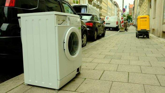 Einsam und verlassen steht sie da: eine Waschmaschine an der Ickstattstraße.