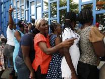 Frauen stehen Schlange vor einer Essensausgabe der Vereinen Nationen in Port-au-Prince, Haiti.