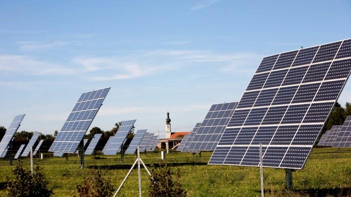 Photovoltaik-Kraftwerk Niederding mit Kirche Niederding und Flugzeug