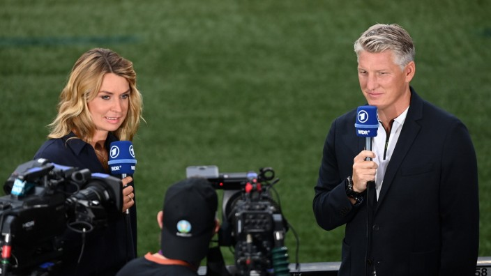 FUSSBALL Euro 2021 Achtelfinale Spiel 44 in London England - Deutschland 29.06.2021 ARD-Moderatorin Jessy Wellmer und B