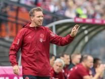 Sport Bilder des Tages Chef-Trainer Julian Nagelsmann (FC Bayern Muenchen) gibt Anweisungen am Spielfeldrand, FC Bayern