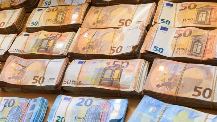 Aus schmutzigem Geld wird sauberes: Kriminelle nutzen dafür Grundstückskäufe oder Firmengründungen - dafür brauchen sie Notare.