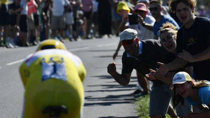 Tour de France: Bahn frei: Tour-Dominator Tadej Pogacar regelt im Zweifelsfall auch den Verkehr.