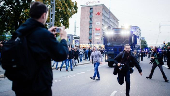 01 09 18 Schweigemarsch von AfD und PEGIDA Journalist rennt nach Angriff durch rechten Demoteilneh