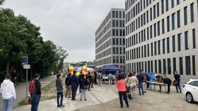 Sonderaktion in München: Warten auf den Piks im Impfbus beim Backstage.