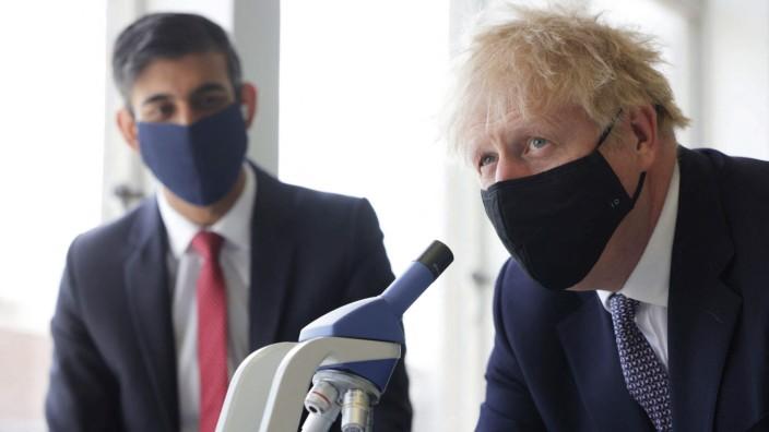Großbritannien: Wollten sich um die Quarantäne herummogeln: Der britische Premier Boris Johnson und sein Finanzminister Rishi Sunak, hier auf einem Foto aus dem April.