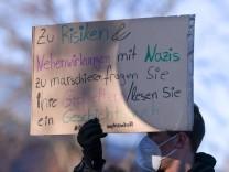 Rottenburg 28.11.2020 Kundgebung gegen die Corona Massnahmen Rottenburger Festhalle: Querdenker und Mitdenker, Polizist