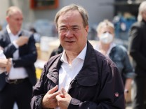 Armin Laschet besucht Notunterkunft in Erftstadt
