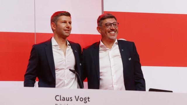 Stuttgart , VfB Stuttgart 1893 e.V. Mitgliederversammlung , von links: Thomas Hitzlsperger / Präsident Claus Vogt *** S