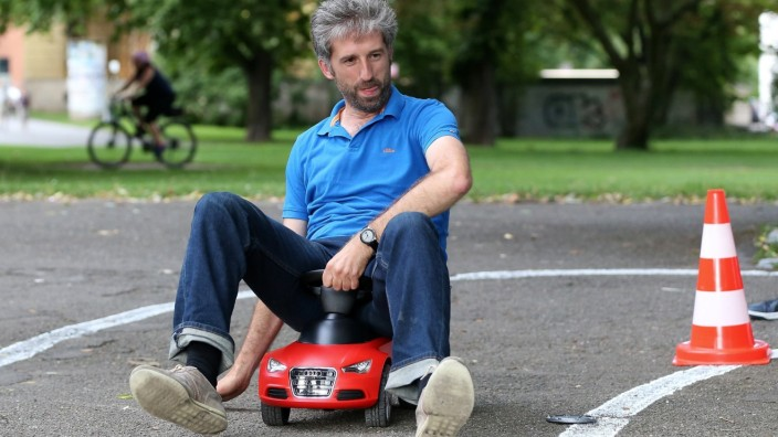 Vorteile für kleine Autos will Tübingens Oberbürgermeister Boris Palmer, hier bei einer Bobby Car-Rennen.
