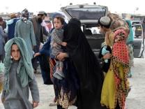 Eine pakistanische Familie auf dem Weg aus Afghanistan in ihr Heimatland. Pakistan hat den Grenzübergang diese Woche wieder geöffnet.