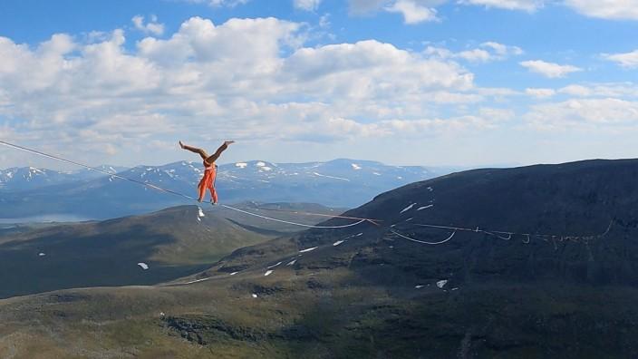 Freisinger Slackliner: Der Freisinger Slackliner Lukas Irmler hat einen neuen Weltrekord aufgestellt: Im Team mit drei anderen Sportlern gelang es ihm, die mit 2130 Meter längste Line der Welt zu laufen.
