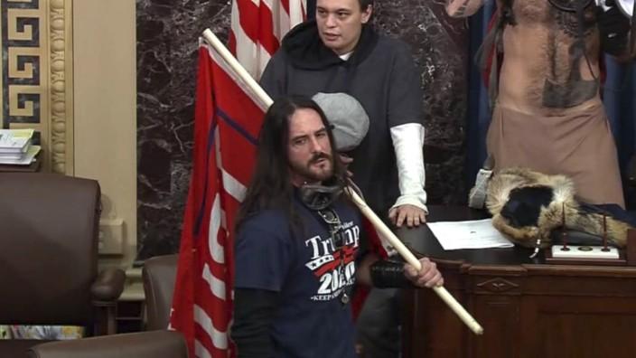 USA: Paul Allard Hodgkins (vorne), 38, steht im Senat des US-Kapitols. Rund 800 Randalierer hatten sich zuvor gewaltsam Zugang verschafft.