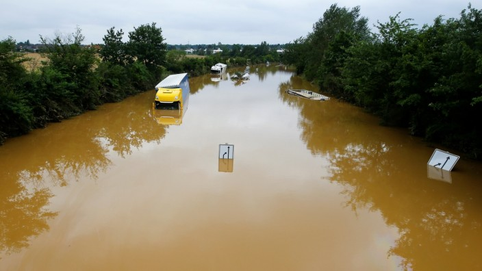 Hochwasser in Deutschland 2021: Eine überflutete Bundesstraße