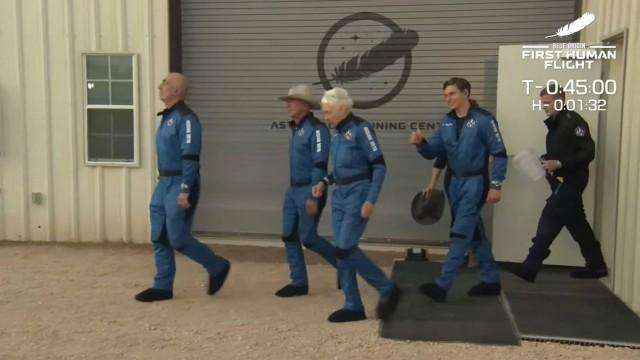 Raumfahrt: Mark Bezos, Jeff Bezos, Wally Funk und Oliver Daemen (von links) auf dem Weg in den Weltraum.