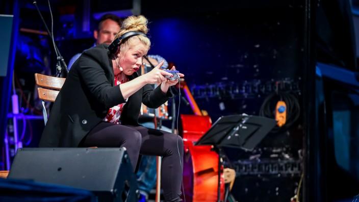 GRÖBENZELL: Kabarettistin Christine Eixenberger im Stockwerk