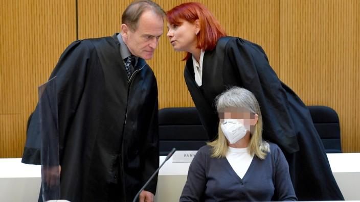Die Verteidiger der Angeklagten Susanne G.(GESICHT GEPIXELT). li:Rechtsanwalt Wolfram NAHRATH und Rechtsanwaeltin Nicole