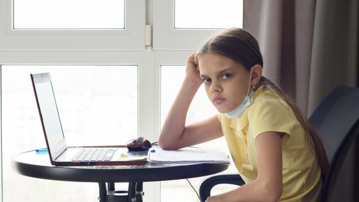 Corona und Schule: Ein Mädchen beim Homeschooling