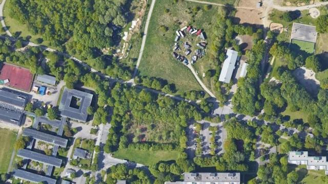 Bogenhausen: Das Grundstück liegt südlich vom Fideliopark, wo früher eine Wagenburg stand und jetzt ein Gymnasium gebaut wird.