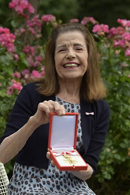 Ehrung: Das Warten hat ein Ende: Erika Ide mit dem Goldenen Verdienstzeichen der Republik Österreich, das ihr mit mehr als einem Jahr Verspätung durch Generalkonsul Josef Saiger überreicht wurde.