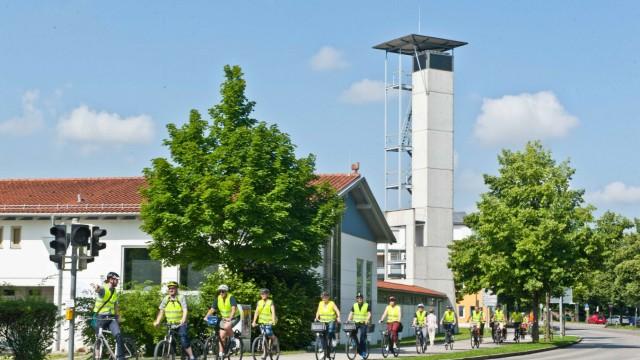 Poing: Am Feuerwehrhaus beginnt die Tour, auf der sich die Jurymitglieder gemeinsam mit Vertreterinnen und Vertretern aus Politik und Verwaltung ein Bild davon machen, wie komfortabel Poing für Fahrradfahrer ist.