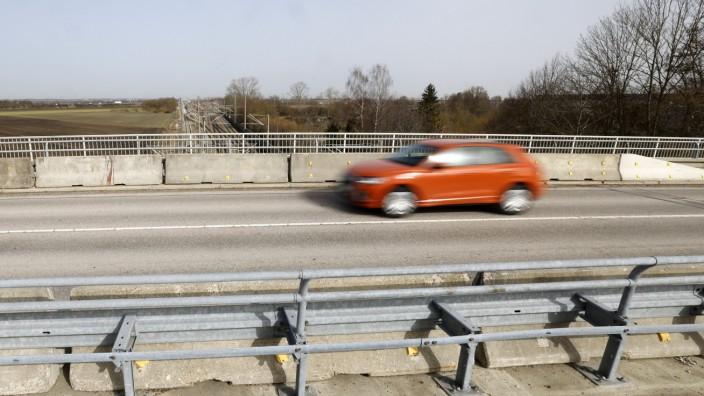 Neufahrn: Die Kurt-Kittel-Ring-Brücke ist ein zentraler Verkehrsweg in Neufahrn, für Radler und Autofahrer. 2022 wird sie grundlegend saniert.
