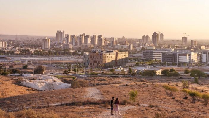Abendstimmung Zwei Personen auf einem Weg Blick auf Hochhäuser von Be er Scheva Israel Asien ***