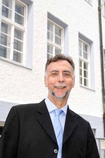 Volkshochschule Dachau: Geschäftsführer Matthias Buschhaus freut sich über das neue Domizil der Dachauer Volkshochschule.