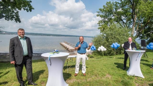 Freizeit: Der frühere Landrat Karl Roth (Mitte) hatte jahrelang für einen Wasserzugang gekämpft.