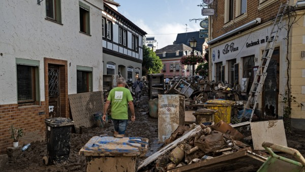 Aufräumarbeiten nach dem Hochwasser Menschen laufen durch die verwüstete Stadt Bad Neuenahr-Ahrweiler. Am 14.07.2021 ka