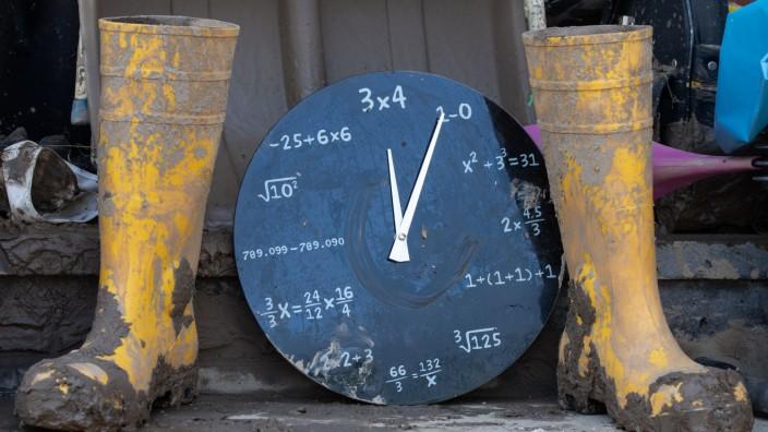 Hochwasser: Eine Uhr zeigt fünf nach zwölf nach dem Unwetter in Rheinland-Pfalz