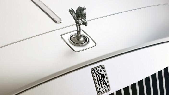 """Luxusautos: Die """"Flying Lady"""" auf einem Rolls-Royce wird sozusagen umgepolt: Von 2025 an soll es auch ein Modell mit rein elektrischem Antrieb geben."""