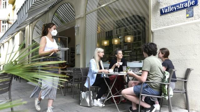 Café Dankl: Palmen begrünen den Gehweg, den Sand kann man sich ja dazudenken.