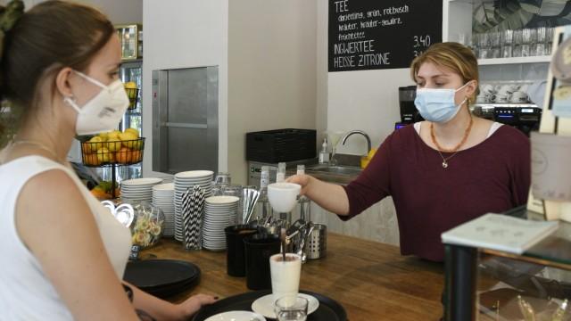 Café Dankl: Hell mit Holz: die Theke im Dankl