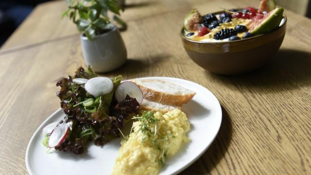 Café Dankl: Guter Start: Rührei und Müsli-Bowl