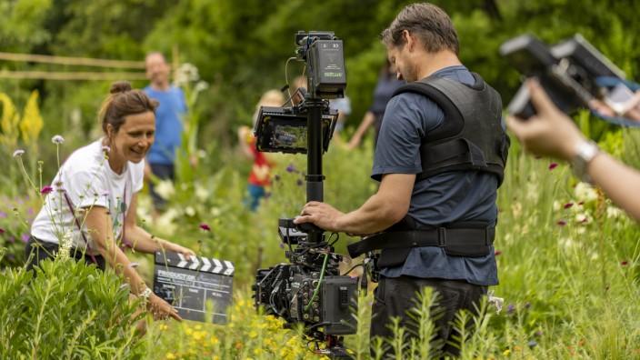 """Artenschutz: Die Münchner Regisseurin Vanessa Weber von Schmoller dreht den Dokumentarfilm """"Ein Himmel voller Bienen""""."""